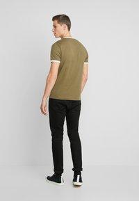 Lyle & Scott - RINGER TEE - T-Shirt basic - lichen green/white - 2