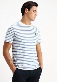 Lyle & Scott - BRETON STRIPE  - T-shirt print - snow white/cornflower blue - 0