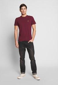 Lyle & Scott - PLAIN - T-shirt basic - merlot - 1