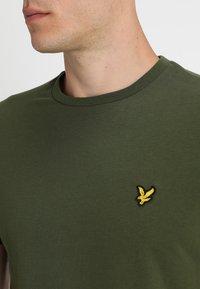 Lyle & Scott - PLAIN - T-shirt - bas - woodland green - 4