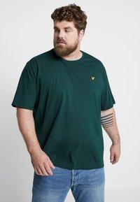 Lyle & Scott - Basic T-shirt - jade green - 0