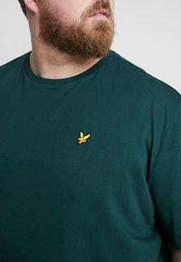 Lyle & Scott - Basic T-shirt - jade green - 4