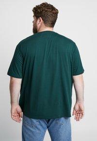 Lyle & Scott - Basic T-shirt - jade green - 2