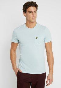 Lyle & Scott - PLAIN POCKET - T-shirts - blue shore - 0