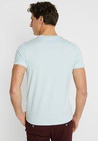 Lyle & Scott - PLAIN POCKET - T-shirts - blue shore - 2
