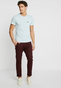 Lyle & Scott - PLAIN POCKET - T-shirts - blue shore - 1