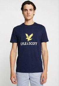 Lyle & Scott - LOGO - T-shirt med print - navy - 0