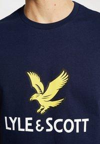 Lyle & Scott - LOGO - T-shirt med print - navy - 5