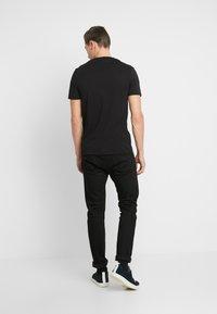 Lyle & Scott - LOGO - T-shirt med print - jet black - 2