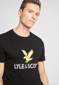 Lyle & Scott - LOGO - T-shirt med print - jet black - 4