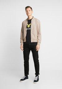 Lyle & Scott - LOGO - T-shirt med print - jet black - 1