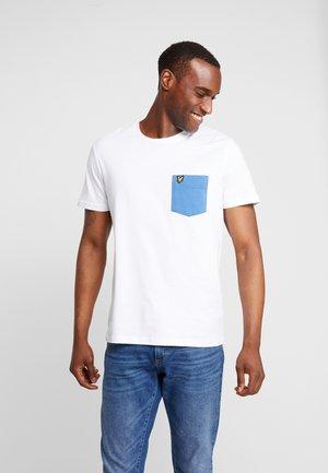CONTRAST POCKET - T-shirt med print - white/lapis blue