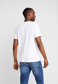 Lyle & Scott - CONTRAST POCKET - T-shirt med print - white/lapis blue - 2