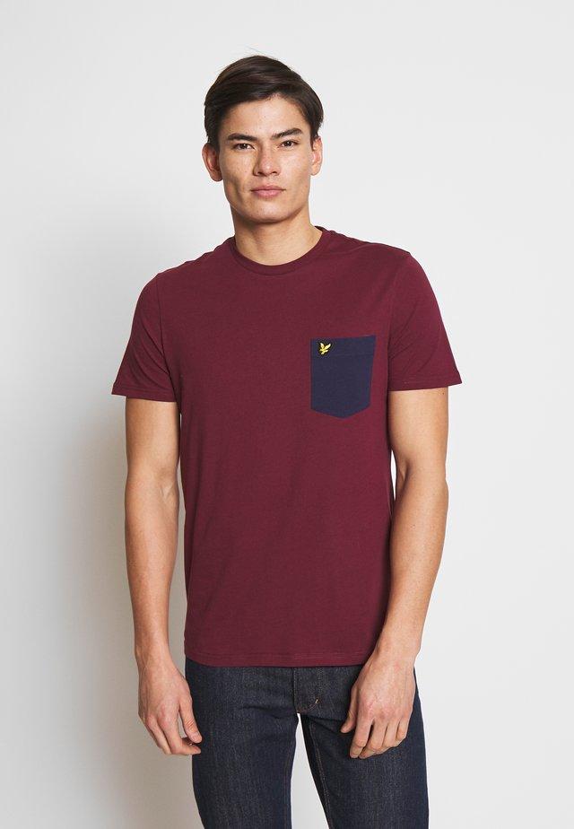 CONTRAST POCKET - T-shirt imprimé - merlot/navy