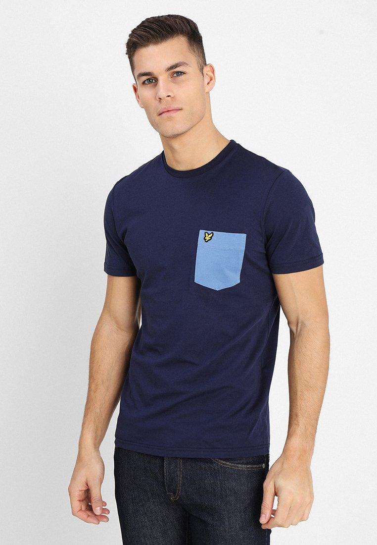 Lyle & Scott - CONTRAST POCKET - T-shirt con stampa - navy/cornflower blue