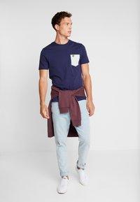 Lyle & Scott - CONTRAST POCKET - T-shirt med print - navy/light silver - 1
