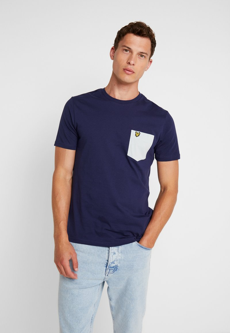 Lyle & Scott - CONTRAST POCKET - T-shirt med print - navy/light silver
