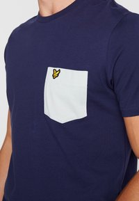Lyle & Scott - CONTRAST POCKET - T-shirt med print - navy/light silver - 4