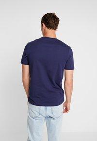 Lyle & Scott - CONTRAST POCKET - T-shirt med print - navy/light silver - 2