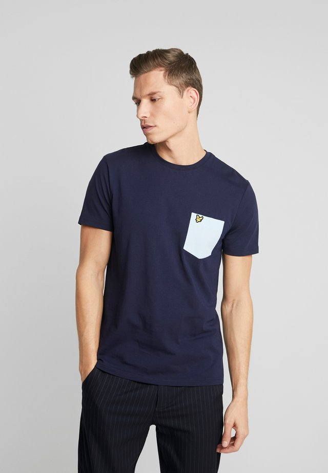 CONTRAST POCKET - Print T-shirt - navy/pool blue