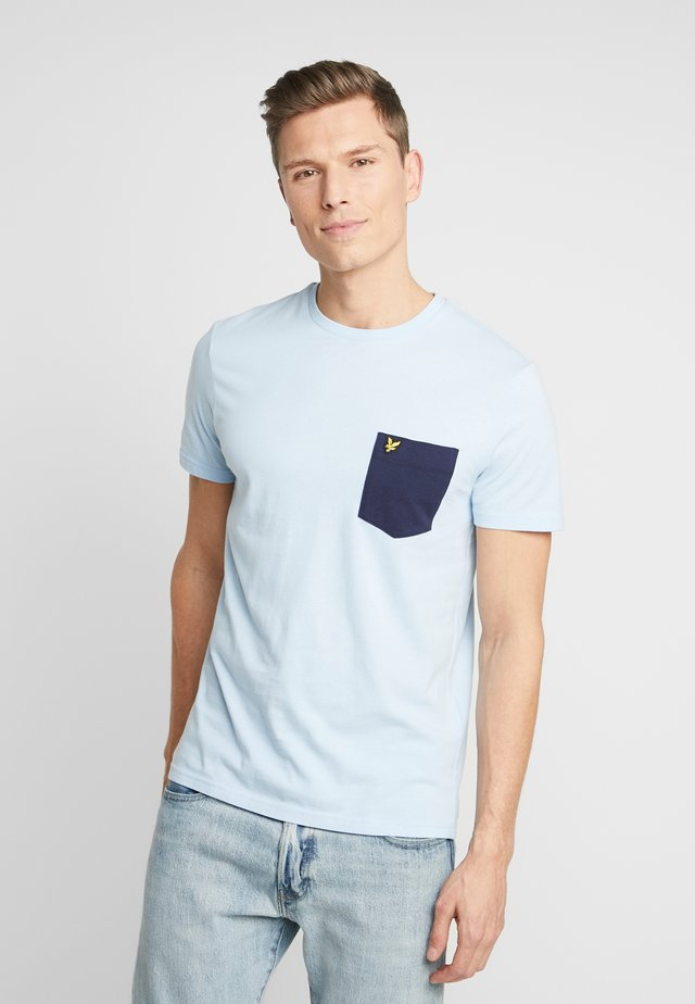 CONTRAST POCKET - Print T-shirt - pool blue/navy