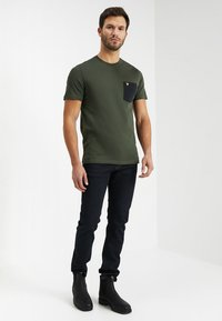 Lyle & Scott - CONTRAST POCKET - T-shirt med print - dark sage/true black - 1