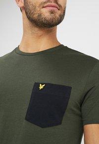 Lyle & Scott - CONTRAST POCKET - T-shirt med print - dark sage/true black - 4