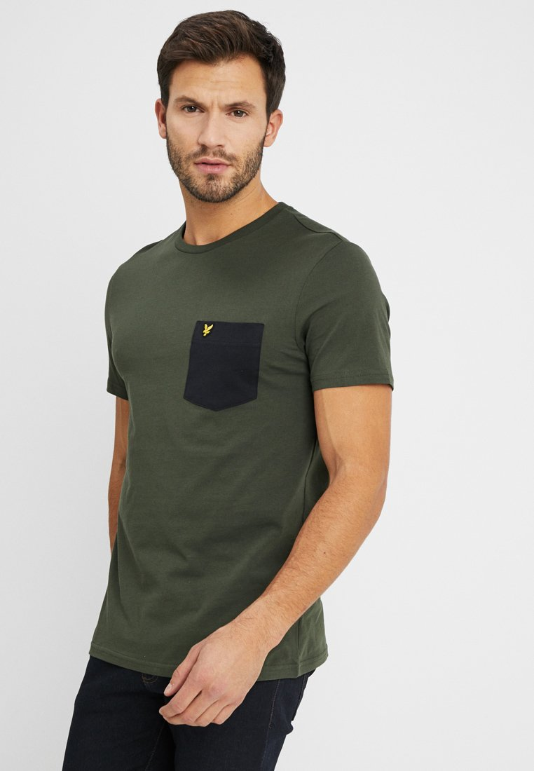 Lyle & Scott - CONTRAST POCKET - T-shirt med print - dark sage/true black