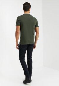 Lyle & Scott - CONTRAST POCKET - T-shirt med print - dark sage/true black - 2