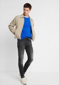 Lyle & Scott - TIPPED - T-shirt print - duke blue/white - 1