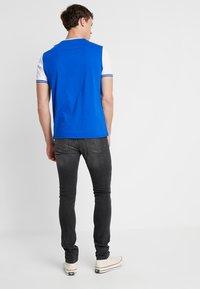 Lyle & Scott - TIPPED - T-shirt print - duke blue/white - 2