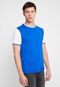 Lyle & Scott - TIPPED - T-shirt print - duke blue/white - 0