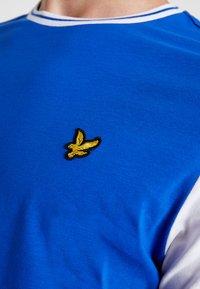 Lyle & Scott - TIPPED - T-shirt print - duke blue/white - 5