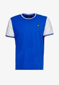 Lyle & Scott - TIPPED - T-shirt print - duke blue/white - 4