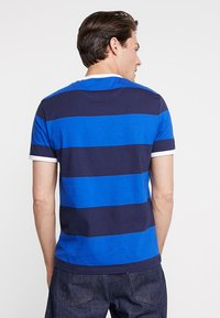 Lyle & Scott - WIDE STRIPE RINGER - T-shirt print - duke blue - 2