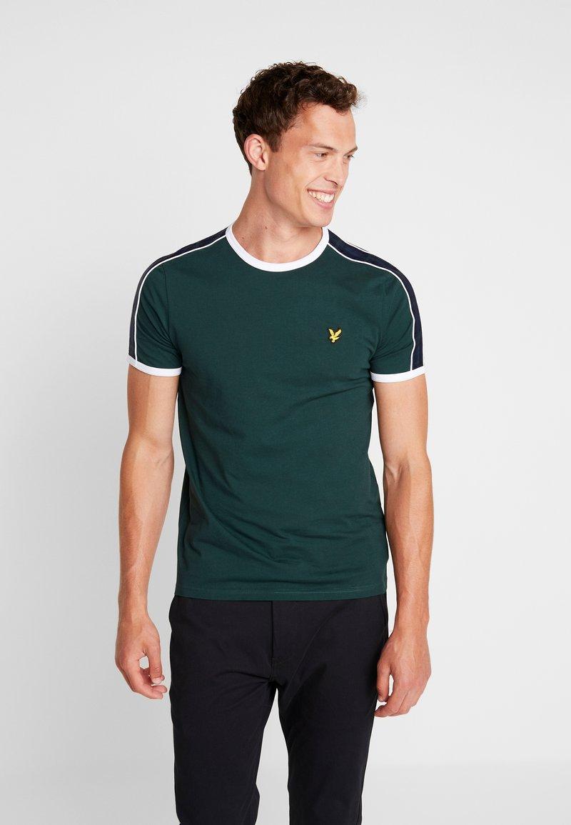 Lyle & Scott - TAPING RINGER  - T-shirt con stampa - jade green