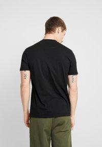 Lyle & Scott - TAPED T-SHIRT - T-shirt basic - true black - 2