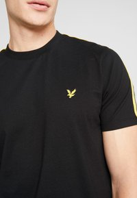 Lyle & Scott - TAPED T-SHIRT - T-shirt basic - true black - 5