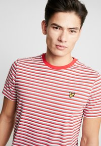 Lyle & Scott - STRIPE - Print T-shirt - red - 4