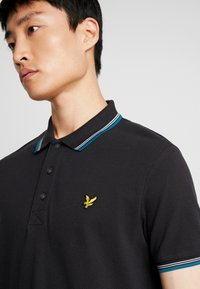 Lyle & Scott - SEASONAL TIPPED POLO SHIRT - Piké - true black/petrol teal - 4