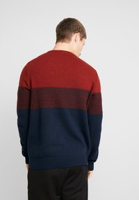 Lyle & Scott - CHEST PANEL JUMPER - Neule - dark navy/brick red - 2