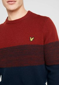 Lyle & Scott - CHEST PANEL JUMPER - Neule - dark navy/brick red - 5