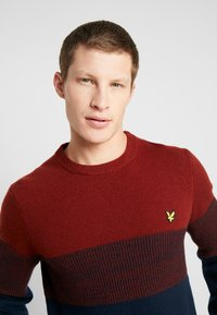 Lyle & Scott - CHEST PANEL JUMPER - Neule - dark navy/brick red - 3