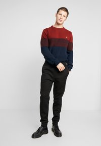 Lyle & Scott - CHEST PANEL JUMPER - Neule - dark navy/brick red - 1