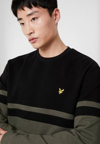 Lyle & Scott - PANEL STRIPE CREW NECK JUMPER - Sweater - true black/olive - 4