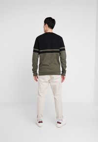Lyle & Scott - PANEL STRIPE CREW NECK JUMPER - Sweater - true black/olive - 2