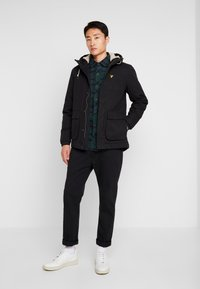 Lyle & Scott - WADDED JACKET WITH FAUX SHEEPSKIN - Välikausitakki - true black - 1