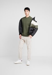 Lyle & Scott - COLOUR BLOCK JACKET - Vinterjacka - true black/olive - 1