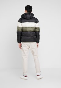 Lyle & Scott - COLOUR BLOCK JACKET - Vinterjacka - true black/olive - 2