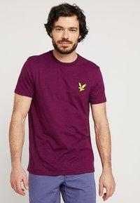 Lyle & Scott - ATTAQUER - T-Shirt print - bright purple - 0